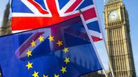 Bendera Inggris dan Uni Eropa berkibar berdampingan dengan latar Menara Big Ben di London (AP)