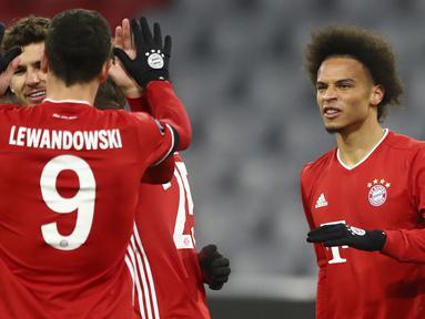 Pemain Bayern Munchen merayakan gol yang dicetak Leroy Sane ke gawang RB Salzburg pada laga lanjutan Grup A Liga Champions di Allianz Arena, Kamis (26/11/2020) dini hari WIB. Bayern Munchen menang 3-1 atas RB Salzburg. (AP Photo/Matthias Schrader)