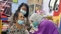 Vaksinasi lansia di Surabaya. (Dian Kurniawan/Liputan6.com)