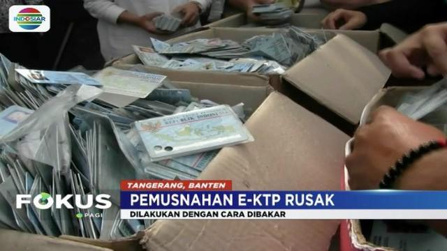 Disdukcapil Kota Tangerang musnahkan 19.300 keping KTP elektronik yang tercecer.