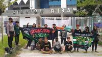 Suporter Persebaya Surabaya, Bonek, nekat datang ke Stadion Wibawa Mukti, Kabupaten Bekasi karena termakan hoaks timnya akan bertanding. (Instagram Polsek Cikarang Timura).