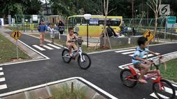 Anak-anak bermain di Taman Pintar Berlalu Lintas, Tebet, Jakarta, Rabu (26/12). Taman ini dibangun untuk mengenalkan budaya disiplin sejak dini pada anak. (Merdeka.com/Iqbal Nugroho)