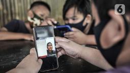 Sejumlah siswa menggunakan jaringan JakWiFi saat mengikuti kegiatan PJJ di Rumah Diskusi RT 007/008 Cipinang Besar Utara, Jakarta, Selasa (8/9/2020). Warga mengeluhkan jaringan JakWiFi di beberapa wilayah karena lemahnya sinyal internet. (merdeka.com/Iqbal S. Nugroho)