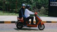 Wali Kota Risma punya kendaraan baru berupa motor listrik. (Liputan6.com/ Dian Kurniawan)