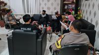 Kapolres Bekasi Kota Kombes Aloysius Suprijadi memediasi kedua belah pihak terkait peristiwa larangan mengenakan masker saat di masjid. (Ist)