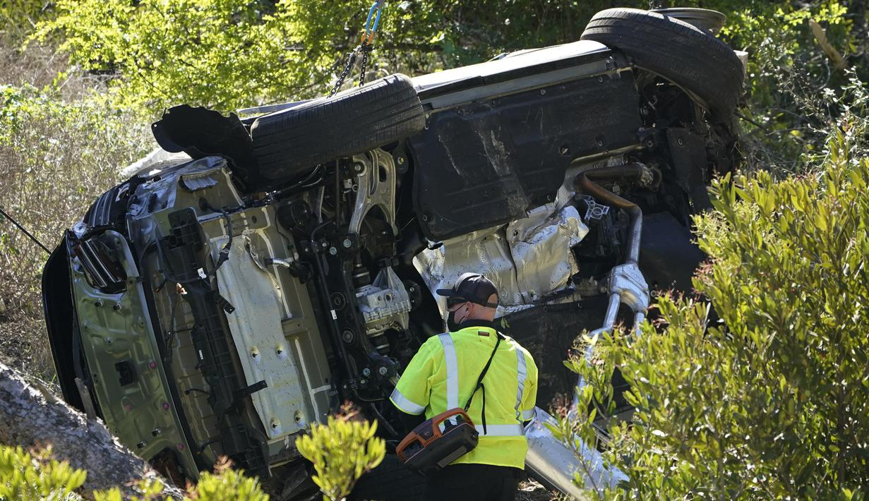 Sebuah mobil tergeletak miring setelah kecelakaan yang melibatkan pegolf terkenal Tiger Woods di Rancho Palos Verdes, California, pinggiran Los Angeles, Selasa (23/2/2021). Tiger Woods (45) mengalami cedera kaki dalam kecelakaan tunggal dan sedang menjalani operasi. (AP Photo/Marcio Jose Sanchez)