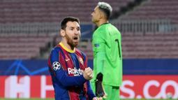 Striker Barcelona, Lionel Messi, melakukan selebrasi usai mencetak gol ke gawang Paris Saint-Germain (PSG) pada laga Liga Champions di Stadion Camp Nou, Rabu (17/2/2021). Barcelona takluk dengan skor 1-4. (AFP/Lluis Gene)