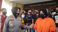 DA (32) menangis menyesal telah mencuri barang jemaah saat melakukan salat Ashar di salah satu masjid di Kota Palembang Sumsel (Liputan6.com / Nefri Inge)