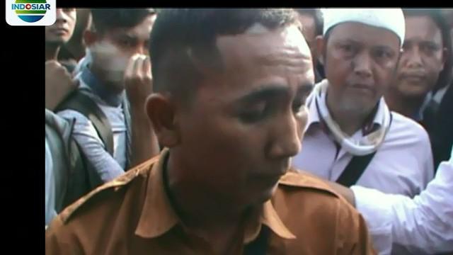Pria ini langsung dibawa menjauh dari kerumunan dan dibawa ke ke Mapolrestabes Medan.