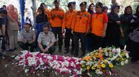 Ratusan pelayat termasuk petugas Badan Penanggulangan Bencana Daerah (BPBD) menghadiri prosesi pemakaman Humas BNPB, Sutopo Purwo Nugroho di TPU Sonolayu, Boyolali. (Fajar Abrori/Liputan6.com)
