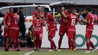 Pemain Persija Jakarta merayakan gol yang dicetak oleh Rohit Chand ke gawang PSIS Semarang pada laga Liga 1 di Stadion Patriot, Bekasi, Minggu (15/9). Persija menang 2-1 atas PSIS. (Bola.com/M Iqbal Ichsan)