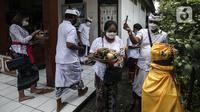 Umat Hindu Bali saat memperingati Hari Raya Galungan di Pura Amerta Jati, Jalan Punak, Pangkalan Jati, Cinere, Depok, Rabu (14/4/2021). Di tengah pandemi COVID-19, Pura Amerta Jati menerapkan protokol kesehatan dan pembatasan umat yang hadir untuk memperingati Galungan. (Liputan6.com/Johan Tallo)