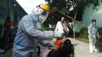 Pengungsi banjir di Medan menjalani Swab Test untuk antisipasi Covid-19