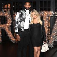 Khloe Kardashian mulai merasa nyaman dengan kesempatan kedua yang ia berikan pada Tristan Thompson usai skandal perselingkuhan. (In Touch Weekly)