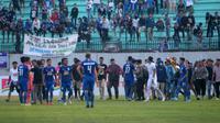 Pendukung PSIS memasuki lapangan meluapkan kekecewaan setelah laga melawan Persebaya di Stadion Moch. Soebroto, Magelang, Jumat (20/9/2019). (Bola.com/Vincentius Atmaja)