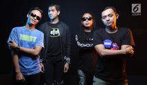 Personel band Naff saat sesi foto di studio Liputan6.com, SCTV Tower, Jakarta, Jumat (24/8). (Liputan6.com/Fatkhur Rozaq)