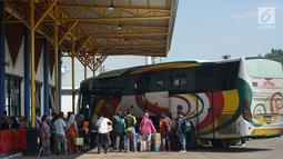 Penumpang antre menaruh barang dalam bagasi bus di Terminal Jatijajar, Depok, Jawa Barat, Selasa (18/6/2019). Pemkot Depok melarang jasa transportasi online mengambil penumpang di Terminal Jatijajar karena dikhawatirkan mematikan sumber nafkah pengemudi angkot. (Liputan6.com/Immanuel Antonius)