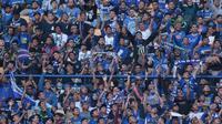Antusias Bobotoh saat mendukung Persib Bandung melawan Mitra Kukar pada laga Liga 1 Indonesia di GBLA, (8/4/2018). Persib Bandung menang 2-0. (Bola.com/Nick Hanoatubun)