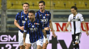 Pemain Atalanta merayakan gol yang dicetak Alejandro Gomez ke gawang Parma pada laga lanjutan Serie A di Stadio Ennio Tardini, Rabu (29/7/2020) dini hari WIB. Atalanta menang 2-1 atas Parma. (Massimo Paolone/LaPresse via AP)