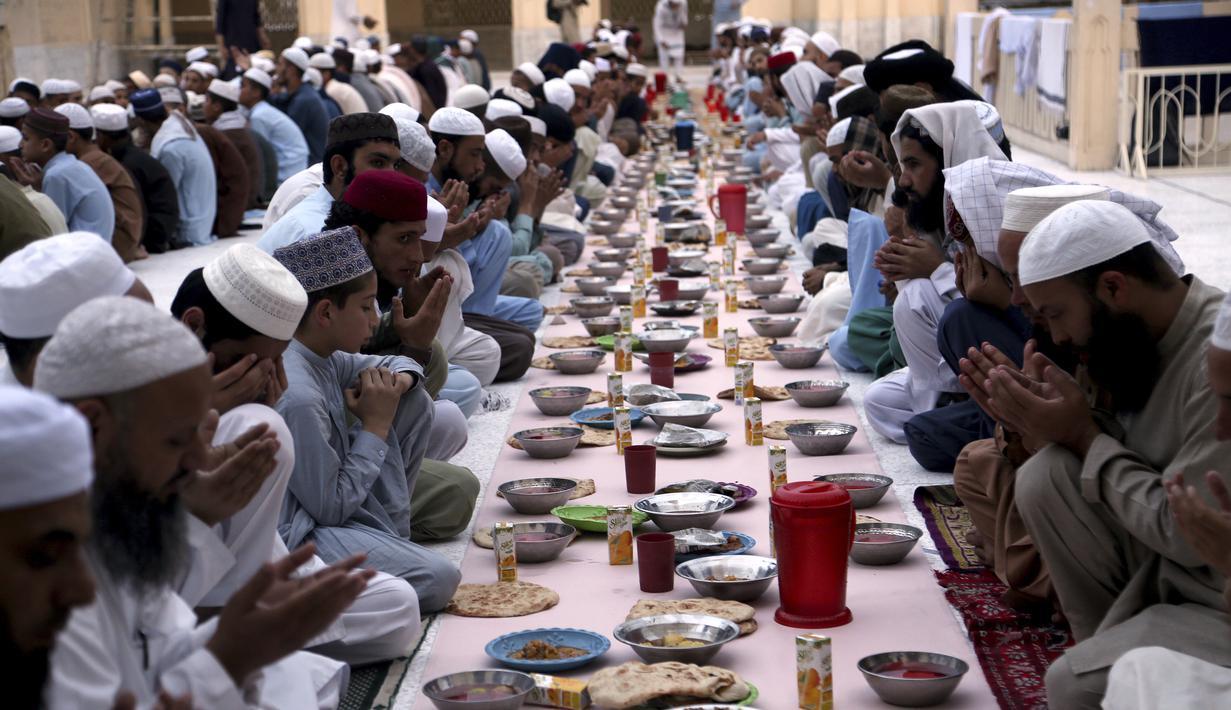 Sejumlah umat Muslim berdoa sebelum berbuka puasa, selama bulan suci puasa Ramadhan, di sebuah masjid di Peshawar, Pakistan, Rabu (14/4/2021). Bulan Ramadhan ditandai dengan berpuasa setiap hari dari fajar hingga matahari terbenam. (AP Photo/Muhammad Sajjad)