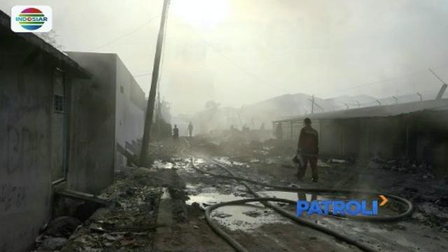 Gudang mebel dan enam rumah di Kapuk Muara, Penjaringan, Jakarta Utara ludes dilalap api diduga ada korsleting listrik.