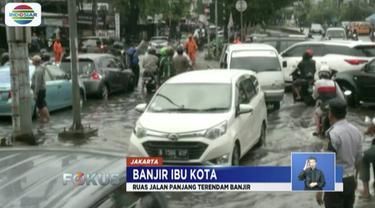 Sejumlah sepeda motor mogok akibat ruas Jalan Panjang, Jakarta Barat, terendam banjir.
