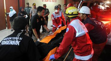 Petugas mengevakuasi kantong jenazah korban jatuhnya pesawat Lion Air JT 610 menuju ruang post mortem di RS Polri Kramat Jati, Jakarta Timur (29/10). Hingga malam ini tercatat 14 kantong jenazah dibawa ke RS Polri. (merdeka.com/Arie Basuki)