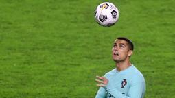 Striker Portugal, Cristiano Ronaldo, menyundul bola saat sesi latihan jelang laga UEFA Nations League di Stadion Poljud, Senin (16/11/2020). Portugal akan berhadapan dengan Kroasia. (AFP/Denis Lovrovic)