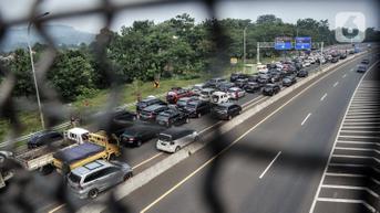FOTO: Ribuan Kendaraan Arah Puncak Terjebak Penutupan Jalur