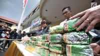 Barang bukti diperlihatkan saat rilis kasus narkoba di Mapolres Jakarta Barat, Senin (26/11).  Dalam penangkapan ini polisi menyita 2 buah karung berisikan 44 kilogram sabu dan 20 ribu butir ekstasi. Merdeka.com/Iqbal S. Nugroho)
