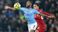 Gelandang Manchester City, Raheem Sterling berebut bola dengan bek Liverpool, Trent Alexander-Arnold dalam pertandingan pekan ke-12 Liga Inggris 2019-2020 di Anfield, Minggu (10/11/2019). Liverpool menghabisi Man City dengan skor cukup telak 3-1. (Paul ELLIS / AFP)