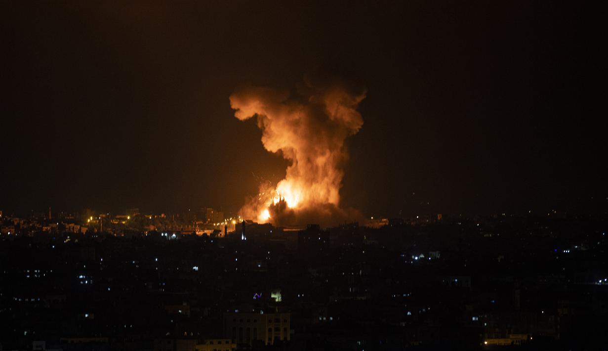 Ledakan yang disebabkan oleh serangan udara Israel di Jalur Gaza terlihat pada Selasa (11/5/2021) pagi. Israel membalas roket kelompok Hamas, yang merupakan respons atas kerusuhan Al-Aqsa, dengan meluncurkan serangan udara ke perbatasan Gaza. (AP Photo/Khalil Hamra)