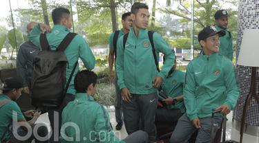 Sejumlah pemain Timnas Indonesia U-22 jelang keberangkatan ke Kamboja di Jakarta, Senin (05/06/2017). Timnas Indonesia U-22 akan menghadapi laga uji coba melawan Kamboja pada 8 Juni 2017. (Bola.com/M Iqbal Ichsan)