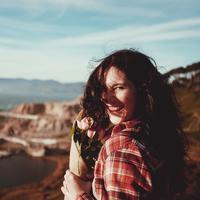Ilustrasi orang bahagia. Sumber foto: unsplash.com/Jeremy Cai.