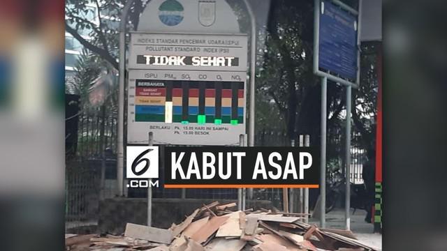 Kabut asap menyelimuti Kota Pekanbaru, Riau, Kamis (12/9/2019). Asap berasal dari kebakaran hutan dan lahan.