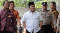 Bupati Lampung Selatan Zainudin Hasan dikawal petugas menuju gedung KPK, Jakarta, Jumat (27/7). Zainudin Hasan akan menjalani pemeriksaan 1x24 jam dan Tim KPK mengamankan uang Rp 700 juta. (Merdeka.com/Dwi Narwoko)