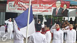 Warga binaan rumah tahanan klas II A Pondok Bambu nampak serius saat mengibarkan bendera saat mengikuti lomba pengibaran bendera di Rutan Pondok Bambu, Jakarta, Kamis (21/4). (Liputan6.com/Immanuel Antonius)