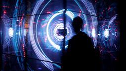 """Pengunjung melintas di depan instalasi yang diberi nama """"Rezonator"""" pada acara Signal Light Festival, Prague, Rep. Ceko, (13/10). Festival ini berlangsung dari 13 Oktober sampai 16 Oktober 2016 di Praha. (REUTERS/David W Cerny)"""