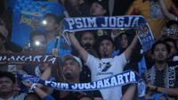 Aksi suporter PSIM setelah pertandingan melawan Martapura FC di Stadion Mandala Krida, Yogyakarta (8/8/2019). (Bola.com/Vincentius Atmaja)