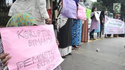 Kaum ibu yang tergabung dalam Emak-Emak Indonesia membentangkan poster saat aksi di Gedung Polda Metro Jaya, Jakarta, Minggu (29/9/2019). Mereka juga menuntut Presiden Jokowi memecat anggota polisi yang bertindak brutal, dan bebaskan aktivis yang masih ditahan. (merdeka.com/Iqbal S. Nugroho)