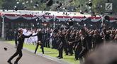 Sejumlah perwira TNI dan Polri melemparkan topi ke udara setelah dilantik Presiden Joko Widodo pada Upacara Prasetya Perwira (Praspa) TNI dan Polri angkatan 2019 di Istana Merdeka, Jakarta, Kamis (16/7/2019). Jokowi melantik 781 perwira TNI dan Polri di Halaman Istana (Liputan6.com/Angga Yuniar)