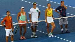 Petenis dunia Novak Djokovic , Caroline Wozniacki , Roger Federer , Victoria Azarenka dan Lleyton Hewitt (ki-ka) saat berada di lapangan tenis Melbourne Park, Australia, (16/1). Kegiatan ini untuk peringati hari Tenis Anak. (REUTERS / Issei Kato)