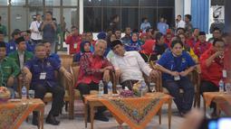Cagub Jateng Ganjar Pranowo (ketiga kiri) didampingi Cawagub Taj Yasin (ketiga kanan) saat mendaftar di KPUD Jateng, Semarang, Selasa (9/1). Selain PDI-P, paslon ini juga diusung oleh Nasdem, PPP, Demokrat, dan Golkar. (Liputan6.com/Gholib)