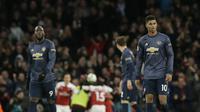 Romelu Lukaku dan Marcus Rashford terlihat lemas usai Manchester United (MU) kalah 0-2 dari Arsenal pada pekan ke-30 Liga Inggris di Emirates Stadium, Minggu (10/3/2019). (AP Photo/Tim Ireland)