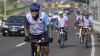 Pesepeda menggowes saat mengikuti Bike 4round The City di Tangerang, Banten, Minggu (4/3/2018). Kegiatan yang diadakan dalam rangka ulang tahun Hotel Novotel ini menempuh jarak sekitar 50 kilometer. (Bola.com/Vitalis Yogi Trisna)