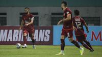 Bek Borneo FC, Javlon Guseynov (kiri) mengontrol bola saat melawan Persebaya dalam laga pekan pertama BRI Liga 1 2021/2022 di Stadion Wibawa Mukti, Cikarang, Sabtu (04/09/2021). Borneo FC menang 3-1. (Foto: Bola.com/Bagaskara Lazuardi)