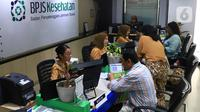 Petugas melayani peserta di Kantor BPJS Kesehatan, Jakarta, Selasa (10/3/2020). Mahkamah Agung (MA) membatalkan kenaikan iuran BPJS Kesehatan setelah mengabulkan sebagian permohonan uji materi terhadap Perpres Nomor 75 Tahun 2019 tentang Jaminan Kesehatan. (Liputan6.com/Angga Yuniar)