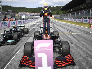 Max Verstappen berhasil meraih posisi pertama GP Austria 2021 yang digelar di kandang tim Red Bull, Sirkuit Red Bull Ring sama seperti pekan lalu. Tanpa kesulitan yang berarti, Ia terus memimpin barisan dari awal hingga akhir perlombaan. (Foto: AFP/Pool/Christian Bruna)