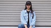 Terlihat dari foto-foto yang diunggah di akun Instagramnya, Tiana memang tampak memiliki gaya yang simple dan kasual. Seperti kali ini, ia memakai celana dan jaket denim sehingga membuatnya tampak sporty. (Instagram/tianamannering)