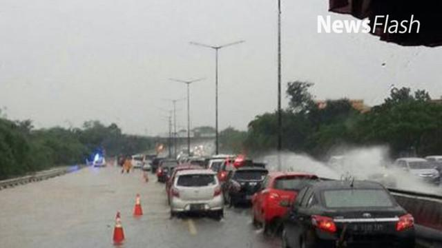 Banjir menggenangi ruas jalan di Tol JORR Bintaro menuju BSD, arus lalu lintas di tol macet, selasa 21/2/2017